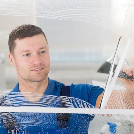 Fensterputzer Bamberg bei der täglichen Fensterreinigung.